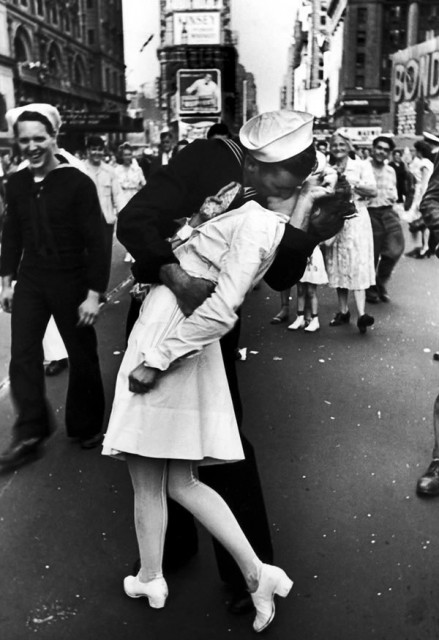 Alfred-Eisenstaedt's-iconic-image-of-a-kissing-couple-in-Times-Square-on-V-J-Day-1945