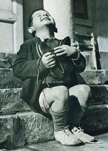 photos-historiques-garcon-autrichien-recoit-de-nouvelles-chaussures