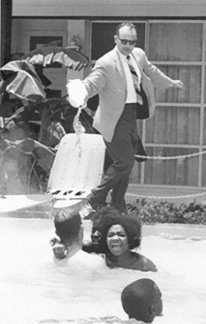 photos-historiques-proprietaire-hotel-verse-acide-piscine-noirs-1964