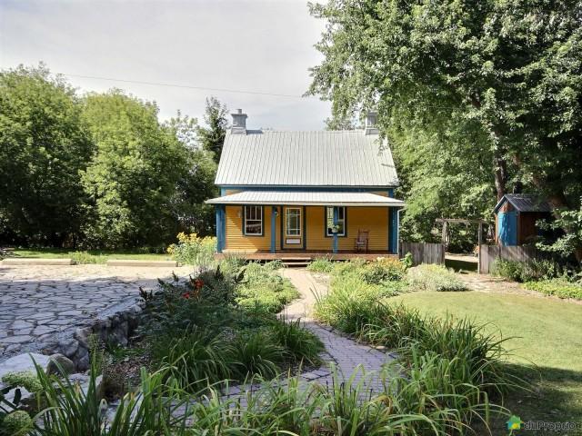 une charmante petite maison de campagne vendre situ e dans la ville de st ours au qu bec. Black Bedroom Furniture Sets. Home Design Ideas