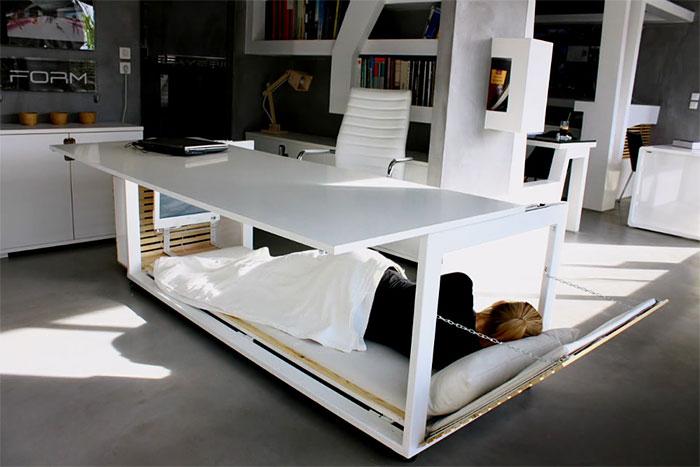 Avoir un lit caché en dessous de ton bureau pour pouvoir faire la