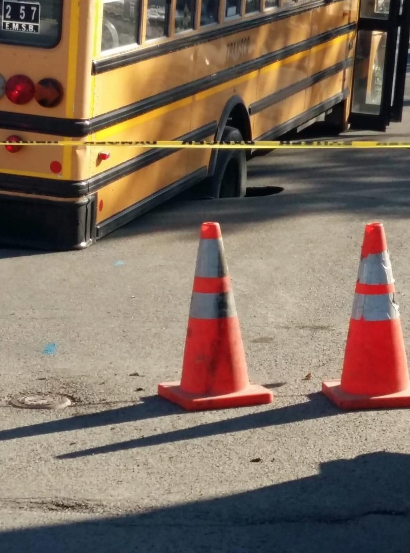 1 0 pour le nid de poule vs l 39 autobus scolaire montr al nord petit petit gamin petit petit. Black Bedroom Furniture Sets. Home Design Ideas